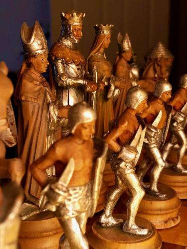 anri-silver-and-gold-chess-set (11)