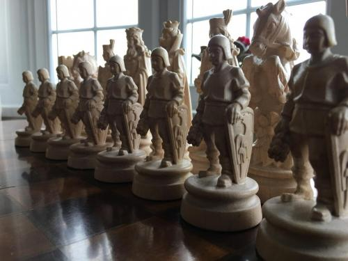 knights-wood-carved-chess-set (18)