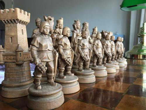 knights-wood-carved-chess-set (2)