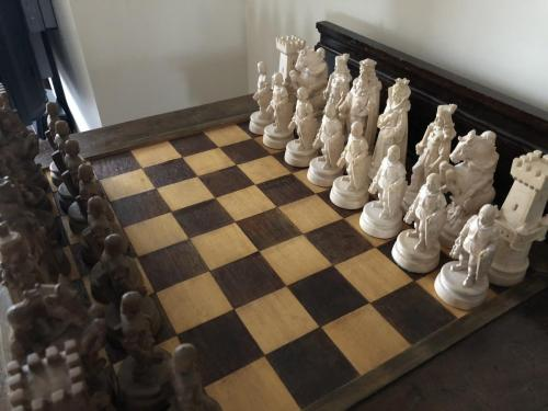 knights-wood-carved-chess-set (3)