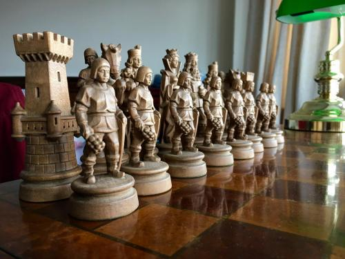 knights-wood-carved-chess-set (5)