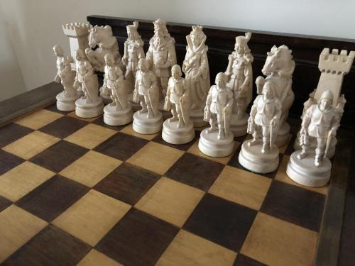 knights-wood-carved-chess-set (8)